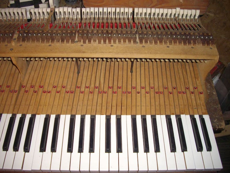 Photo de réparation d'un piano Erard